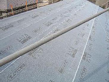 新しい野地板の上に下葺材を張ります。