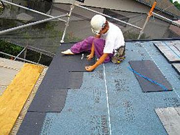 新規屋根材(コロニアルクアッド)の施工です。
