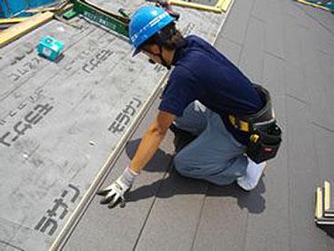 新規屋根材を葺いていきます。